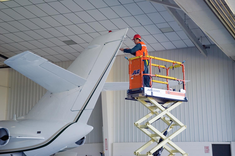 高空作业平台在飞机上检修