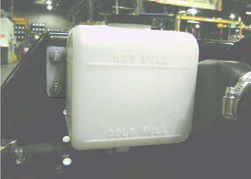 """根据需要向散热器中加注冷却液,然后安装散热器 盖。下一步拧下冷却液回收瓶的盖,加注至刚好低 于""""热机满液位""""线,然后重新装好盖子。"""