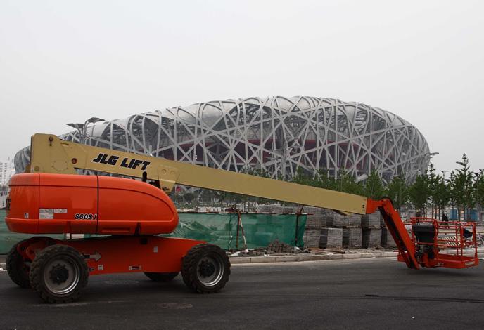 直臂式必赢亚洲线路测试车在北京鸟巢工作场景 该车型具有钢性的枝干和更新的外观,能为您更好的完成棘手的工作